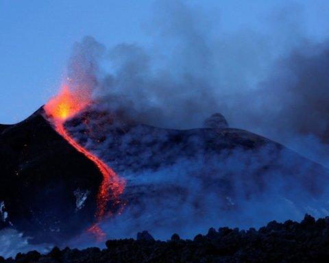 В Италии началось извержение вулкана Этна: впечатляющие кадры