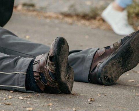 У Дніпрі раптово помер чоловік просто  на вулиці: подробиці трагедії