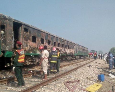 Взрыв в Пакистане в поезде: количество жертв возросло