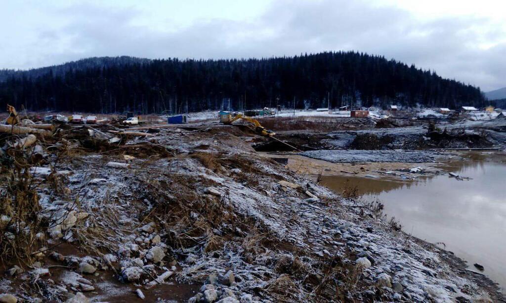 Летели камни и грязь: появились новые подробности о смертельном прорыве дамбы в РФ