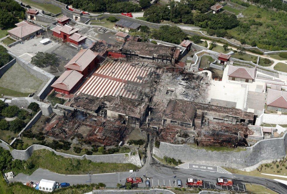 В Японии сгорел 600-летний замок: очевидцы показали жуткое видео