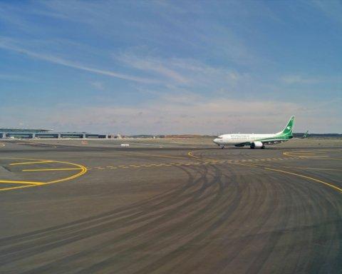 Мікроавтобус врізався у літак в аеропорту: перші подробиці та кадри з місця НП