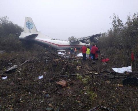 АН-12 здійснив аварійну посадку під Львовом: рятувальники повідомили про загиблих
