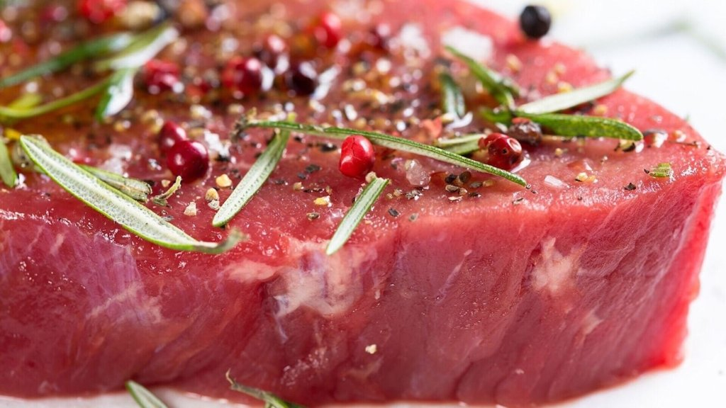 Дієтологи розповіли, яке м'ясо шкодить організму сильніше всього