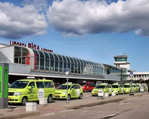 Застрягли десятки українців: в аеропорту Риги стався кричущий випадок з WizzAir