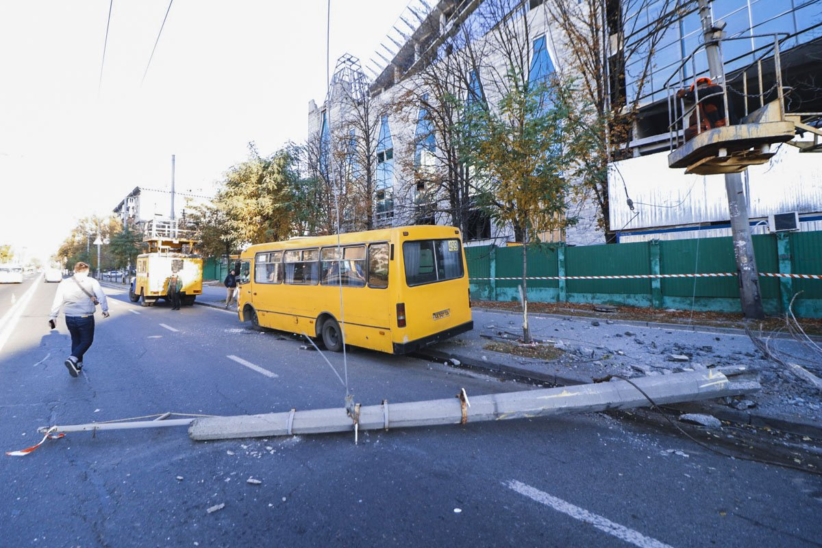В Киеве маршрутка с пассажирами снесла столб и заблокировала троллейбусы: первые кадры