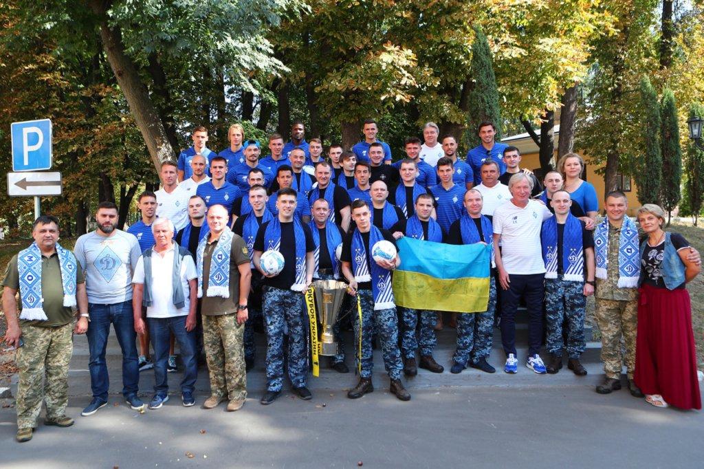 Футболисты и тренеры Динамо встретились с освобожденными из плена моряками