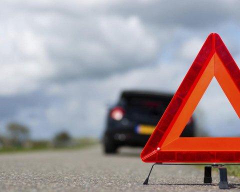 Від удару злетіло взуття, а тіло відкинуло вбік: авто на швидкості збило дитину