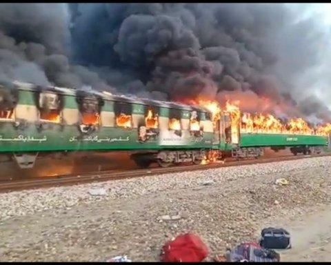 В Пакистане после взрыва загорелся поезд, погибли более 60 людей: трагедия попала на видео