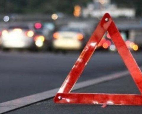 Пролетели через весь проспект, снесли забор и таранили авто: у маршрутки в Киеве отпали колеса