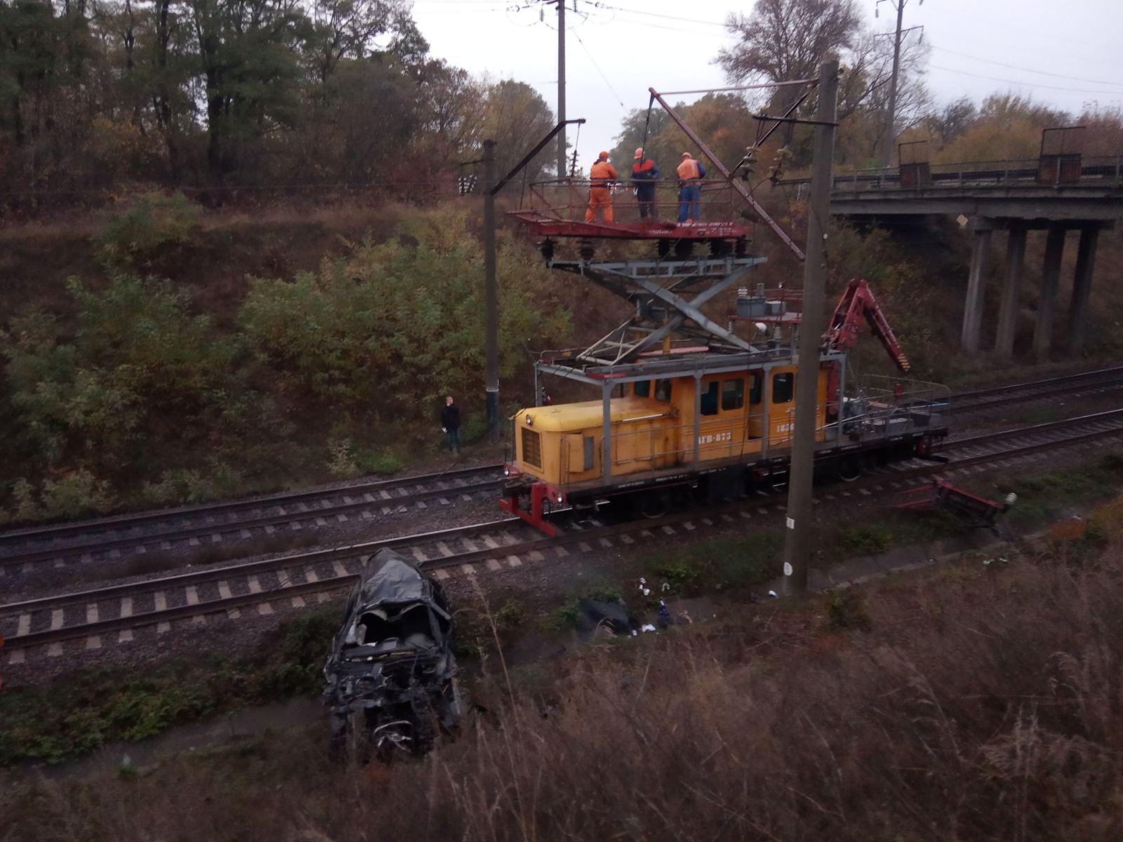 Злетів з мосту на залізничну колію: подробиці та фото смертельної ДТП