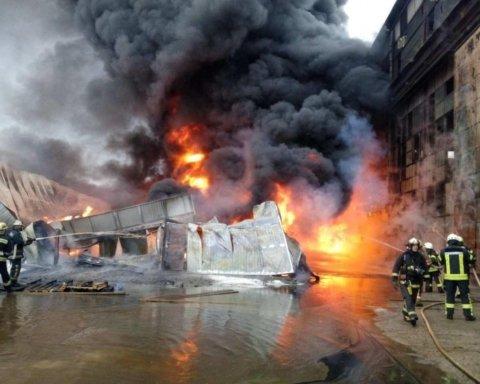 У Києві сталася масштабна пожежа: жахливі кадри потрапили у мережу