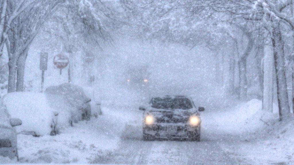 Снігопади і штормовий вітер: синоптики змінили прогноз погоди на сьогодні