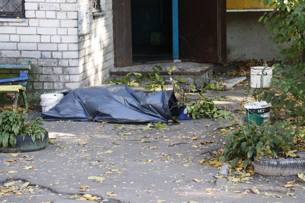 В Киеве с восьмого этажа выпала пожилая женщина, подробности трагедии