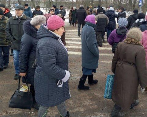 Почалося: у Житомирській області люди перекрили трасу міжнародного значення