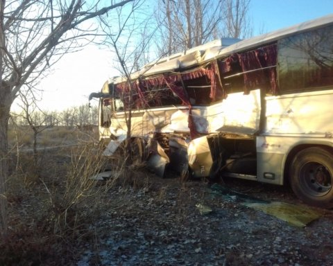 Потяг протаранив автобус з пасажирами: фото та відео з місця трагедії у РФ