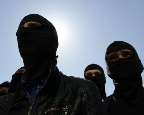 У Києві озброєні люди увірвалися в гуртожиток: фото і відео з місця НП