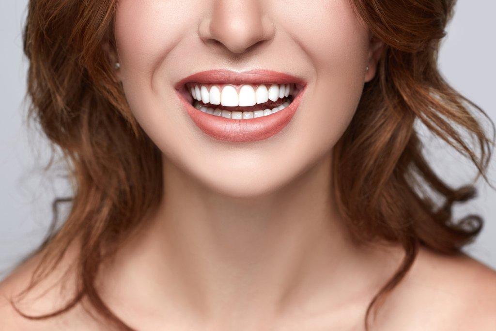 Цитрусові та вода: лікарі розповіли що шкодить зубам