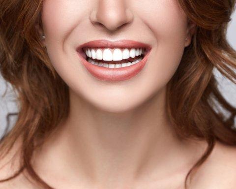 Цитрусовые и вода: врачи рассказали, что вредит зубам