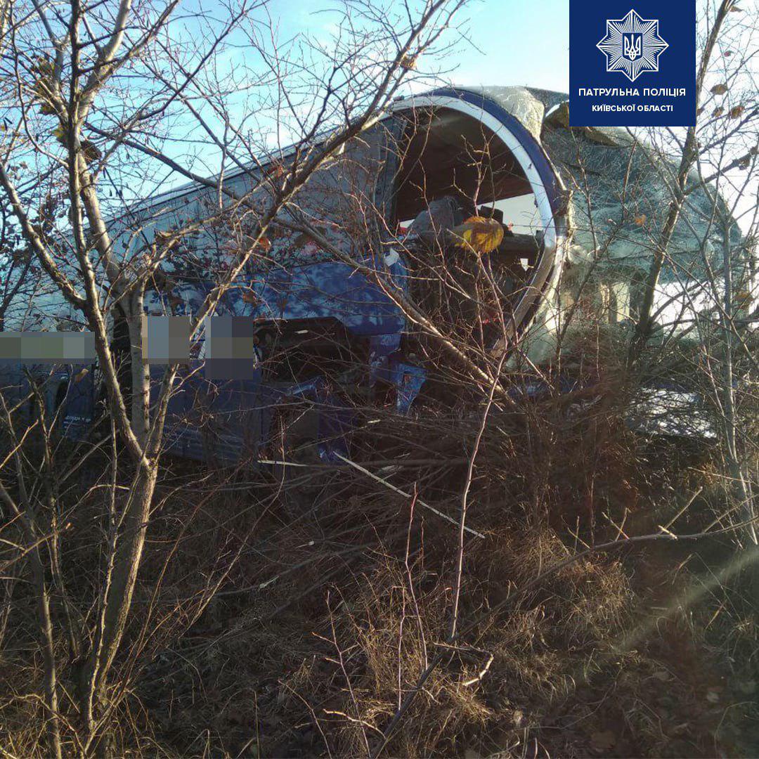 Под Киевом автобус с десятками пассажиров столкнулся с грузовиком