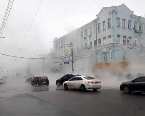 У центрі Києва стався масштабний потоп, рух паралізовано: фото з місця