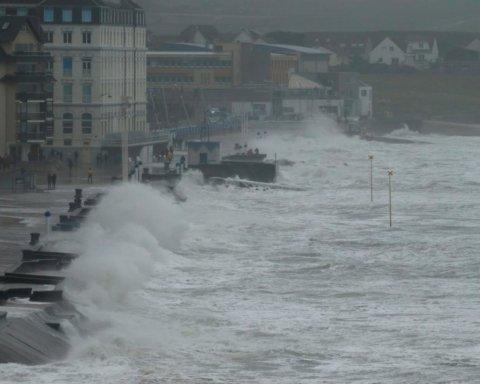 Это конец: на Европу обрушился сверхмощный шторм