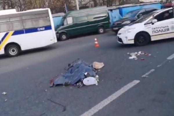 Даже не заметил: в Киеве грузовик переехал женщину
