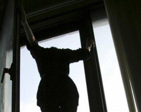 Горе-матір вистрибнула з вікна висотки з двома дітьми: зявився текст передсмертної записки