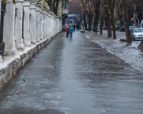 Десятки ДТП и сотни пострадавших: Львов оказался в ледяном плену