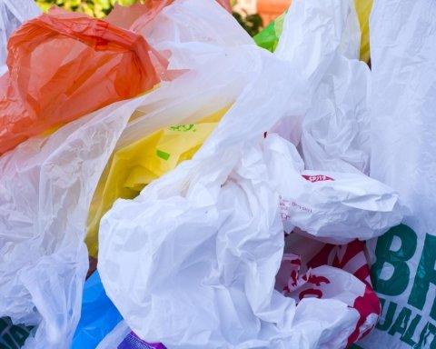 Эпоха пластиковых пакетов ушла: в Украине официально запретили их использование