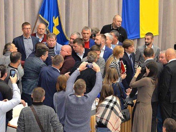 Полтавські депутати влаштували бійку під час засідання: все потрапило на фото