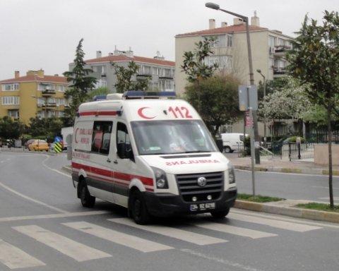Врізався в зупинку з людьми та кинувся з ножем: жахлива ДТП у Стамбулі