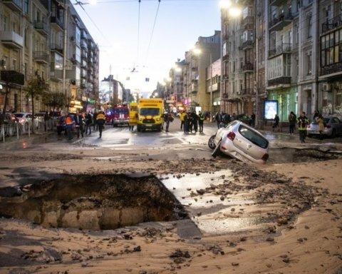 Потоп в центре Киева: момент провала автомобиля под землю попал на видео