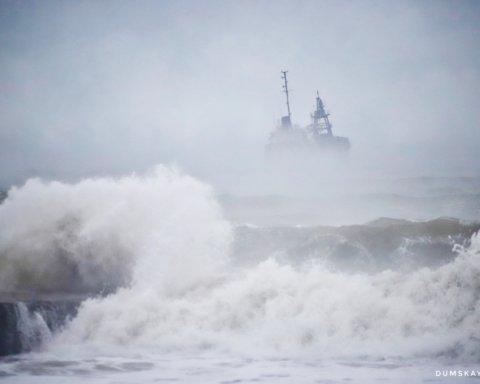 Катастрофа танкер біля берегів Одеси: судно викинуло на пляж, відео