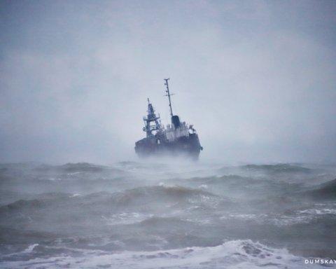 У берегов Одессы терпит бедствие танкер, его уже почти вынесло на пляж: появились жуткие кадры
