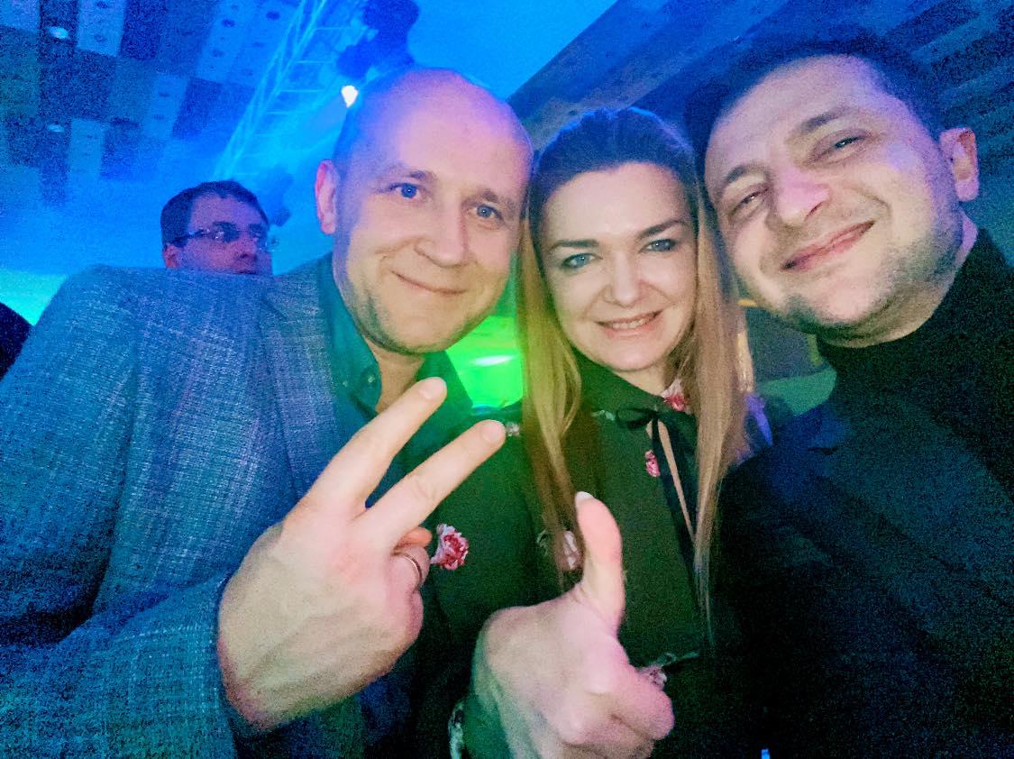 «В**бал на сцене»: появились фото и видео, как Зеленский праздновал на корпоративе «слуг народа»