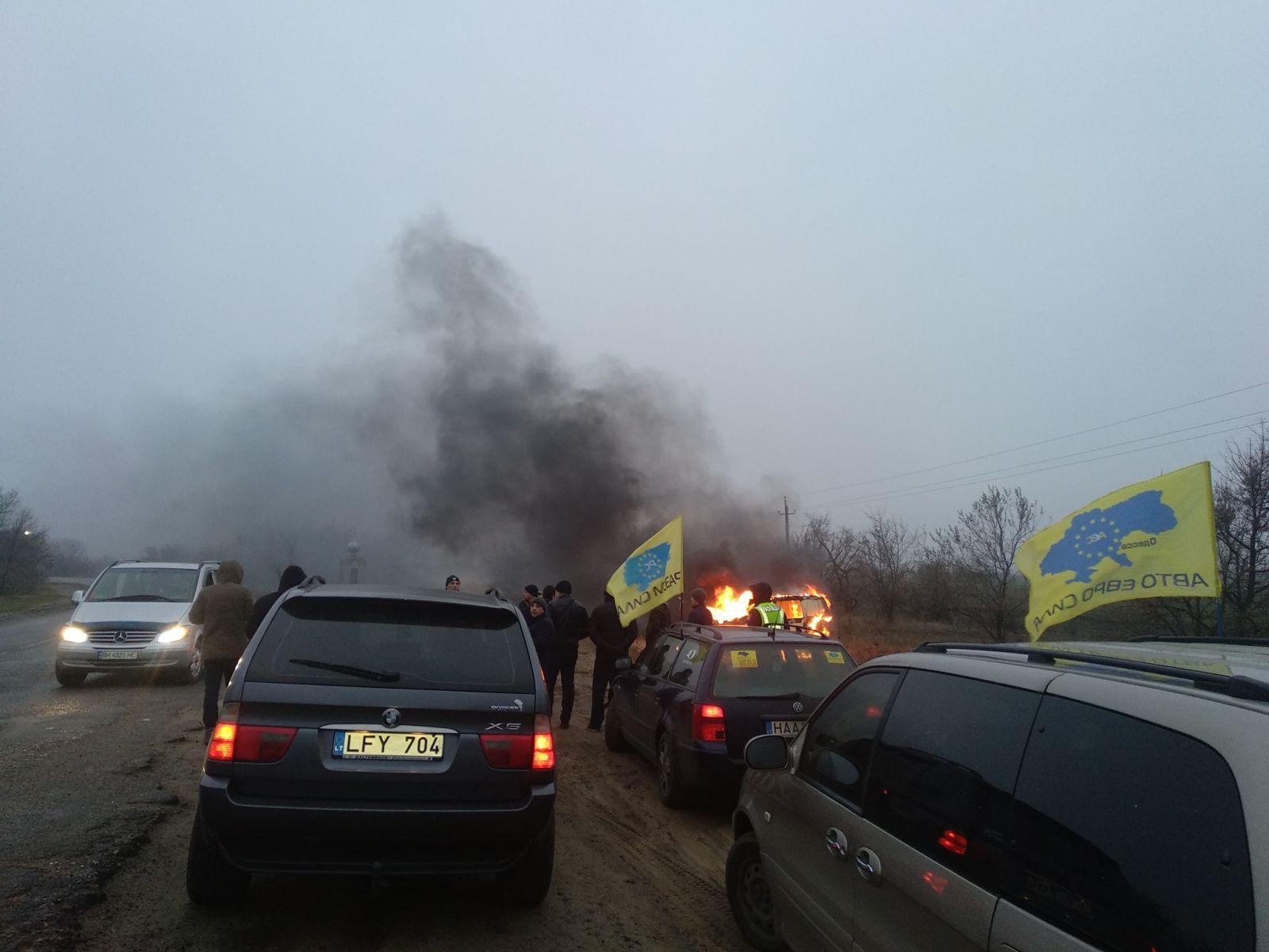 Украинцы начали сжигать свои «евробляхи» в знак протеста против штрафов