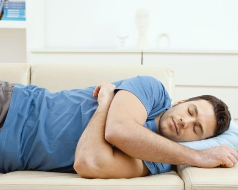 Дневной сон приводит к инсульту: медики предупредили об опасности