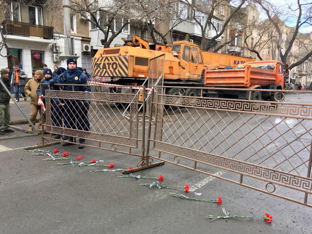 Пожар в Одессе: полицейские убрали цветы, которые принесли к колледжу