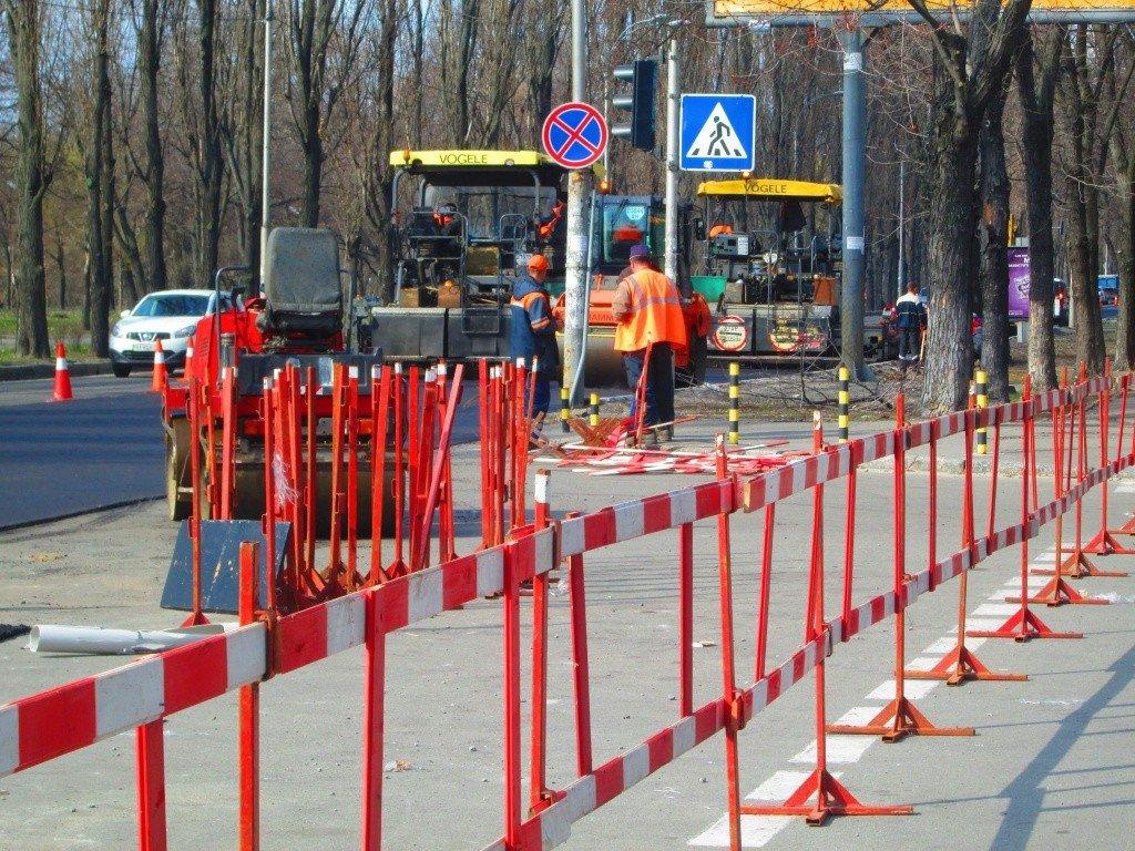 В центре Киева рухнуло дорожное ограждение: фото с места инцидента