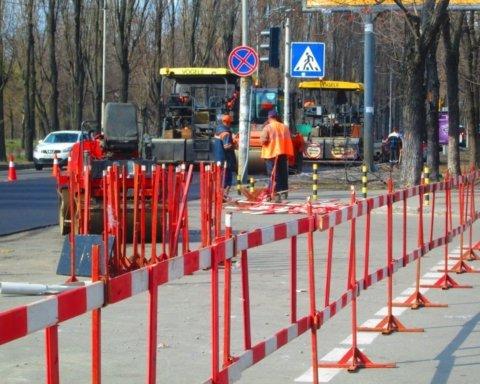 У центрі Києва звалилася дорожня огорожа: фото з місця інциденту