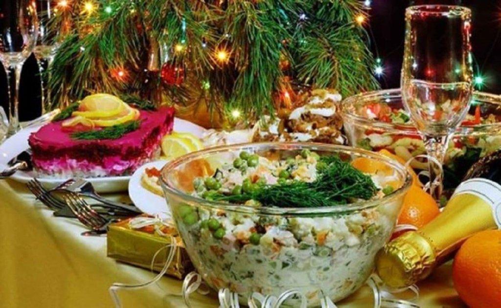 В сети иронизируют по поводу новогодних застолий в Украине: фото