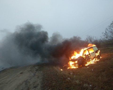 """Українці почали спалювати свої """"євробляхи"""" в знак протесту проти штрафів"""