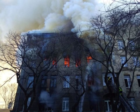 Выбросилась из окна, сбив спасателя с лестницы: появилось страшное видео пожара в Одессе