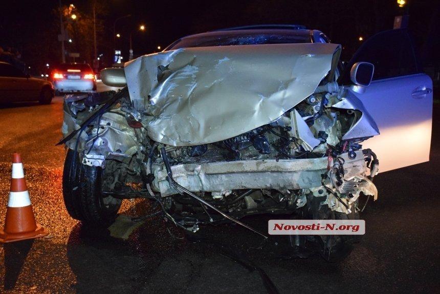 В Николаеве Lexus протаранил такси: есть погибшие и раненые