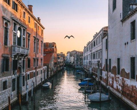 Венеция снова уходит под воду: впечатляющие кадры