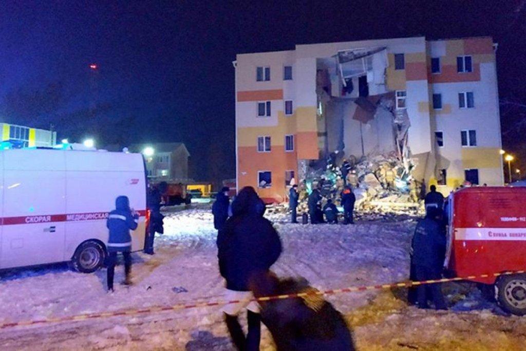 В России произошел взрыв в жилом доме, под завалами оказались люди: фото и видео