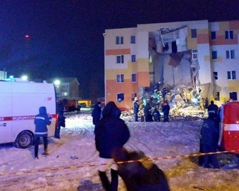 У Росії стався вибух у житловому будинку, під завалами опинилися люди: фото та відео