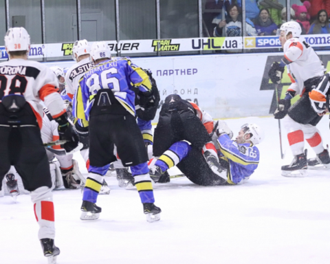 Украинские хоккеисты устроили жесткий махач во время матча