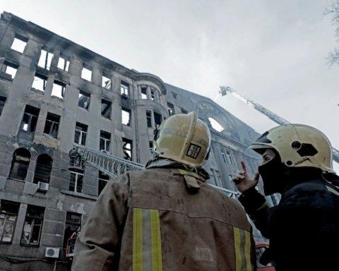 Смертельна пожежа в Одесі: рятувальники продовжують розбирати завали і шукати тіла